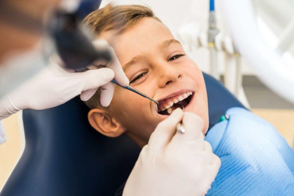 Kind bei Zahnarzt Behandlung